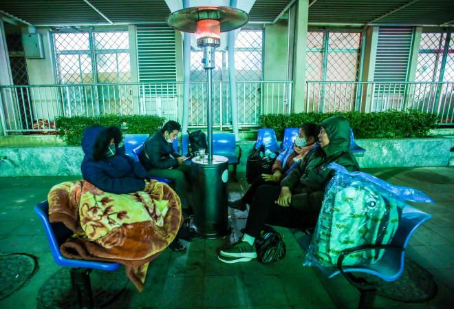 Clip: Ấm lòng những cây máy sưởi trong Bệnh viện Bạch Mai ngày lạnh giá - 4