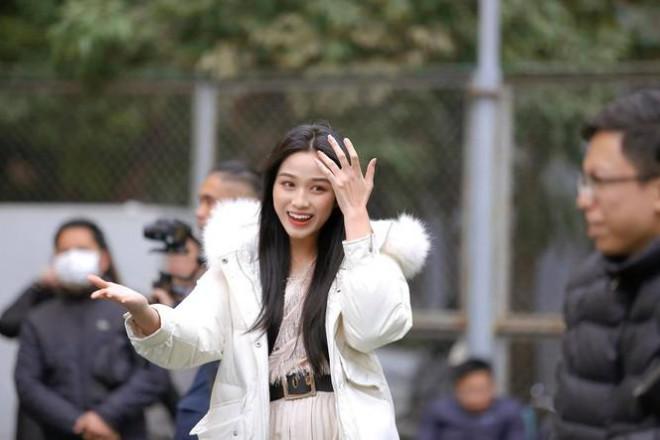 Xem bóng đá ở trường, Hoa hậu Đỗ Thị Hà vẫn cực kỳ xinh đẹp dù ăn mặc giản dị - 1