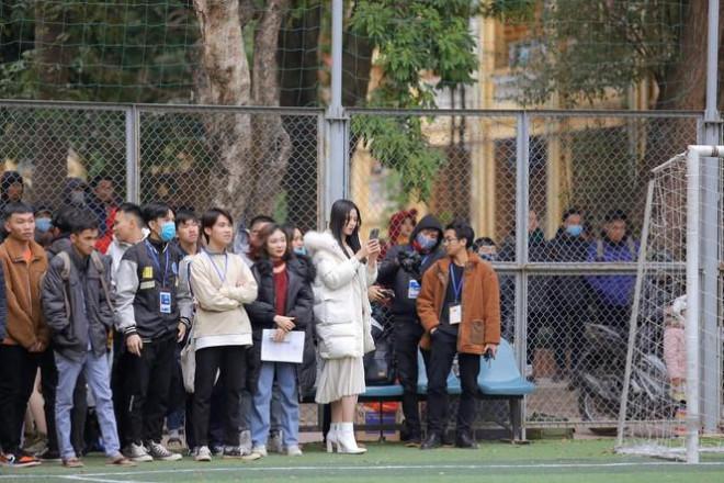 Xem bóng đá ở trường, Hoa hậu Đỗ Thị Hà vẫn cực kỳ xinh đẹp dù ăn mặc giản dị - 4