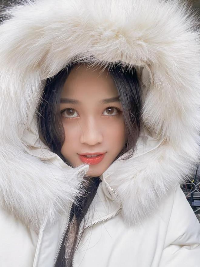 Xem bóng đá ở trường, Hoa hậu Đỗ Thị Hà vẫn cực kỳ xinh đẹp dù ăn mặc giản dị - 10