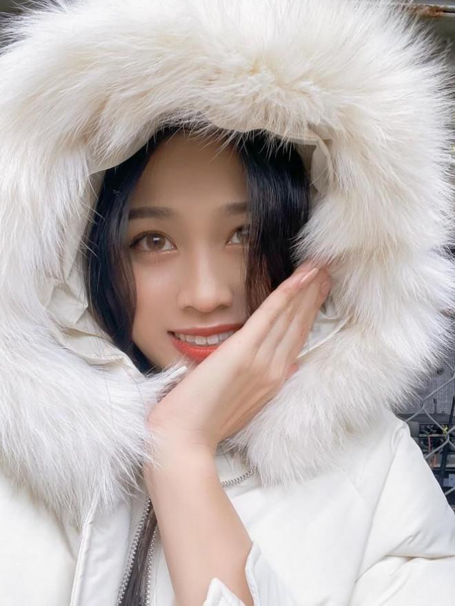 Xem bóng đá ở trường, Hoa hậu Đỗ Thị Hà vẫn cực kỳ xinh đẹp dù ăn mặc giản dị - 9