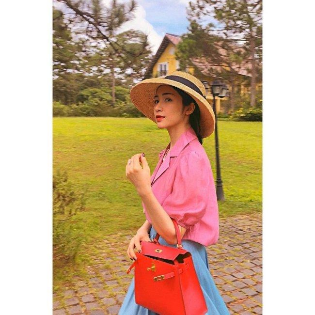 Trong những lần xuất hiện gần đây, Hòa Minzy thường diện món phụ kiện là chiếc túi Hermes dòng Kelly với giá gần 20.000 USD (khoảng 460 triệu đồng).
