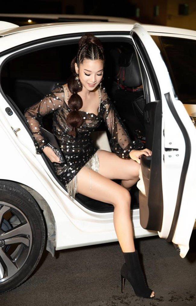 Ngoài ra, cô cũng tậu xế hộp tiền tỷđể thuận tiện trong việc di chuyển, chạy show.