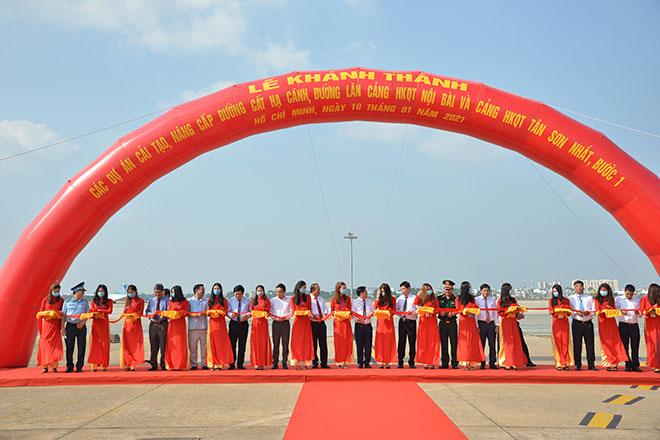Chuyến bay đầu tiên hạ cánh xuống đường băng 2.000 tỷ đồng ở sân bay Tân Sơn Nhất - 1