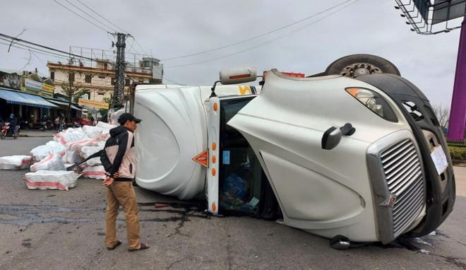 Xe tải lật ngửa giữa vòng xuyến, tài xế thoát chết trong gang tấc - 1