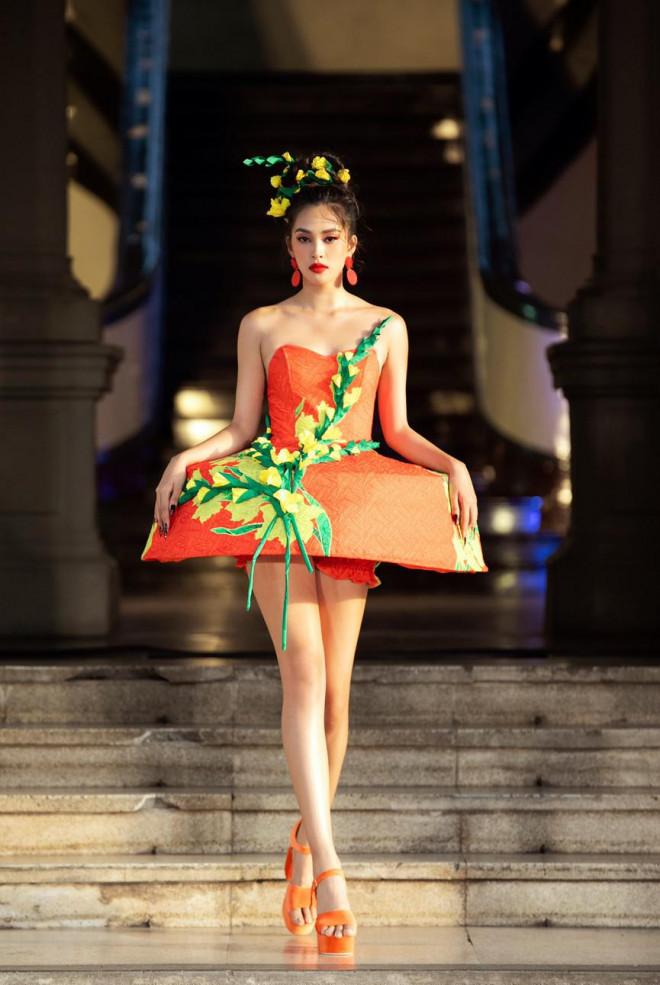 Hoa hậu Tiểu Vy diện váy dáng phồng lạ mắt, khoe chân dài cực gợi cảm trên sàn catwalk - 1