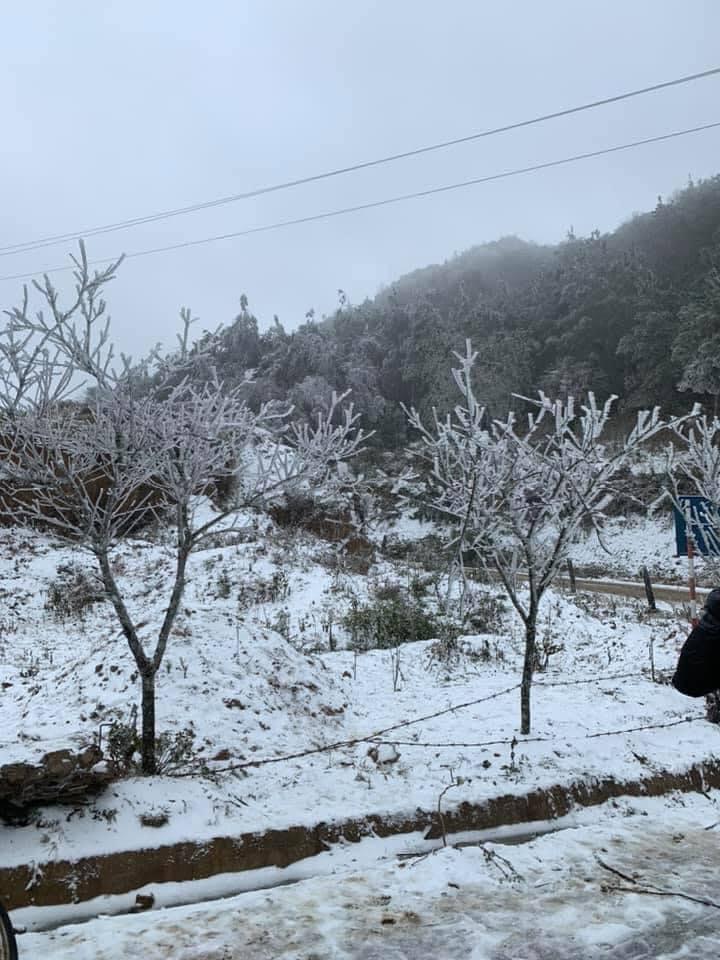 Băng tuyết dày đặc gây nguy hiểm, Lào Cai cấm nhiều phương tiện qua Quốc lộ 4D - 2