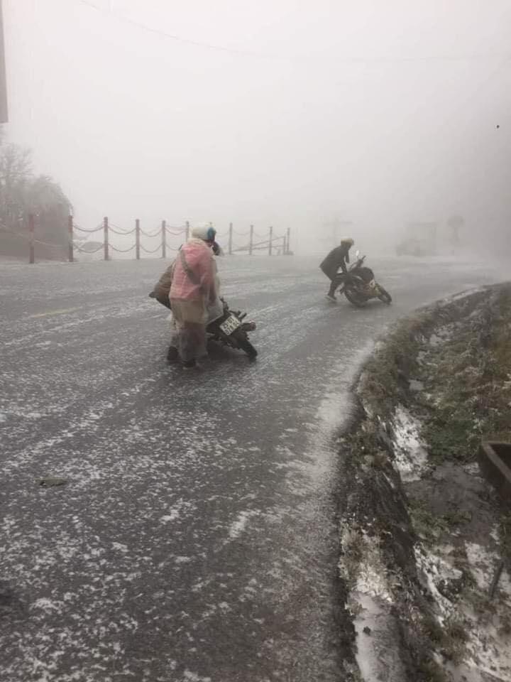 Băng tuyết dày đặc gây nguy hiểm, Lào Cai cấm nhiều phương tiện qua Quốc lộ 4D - 1