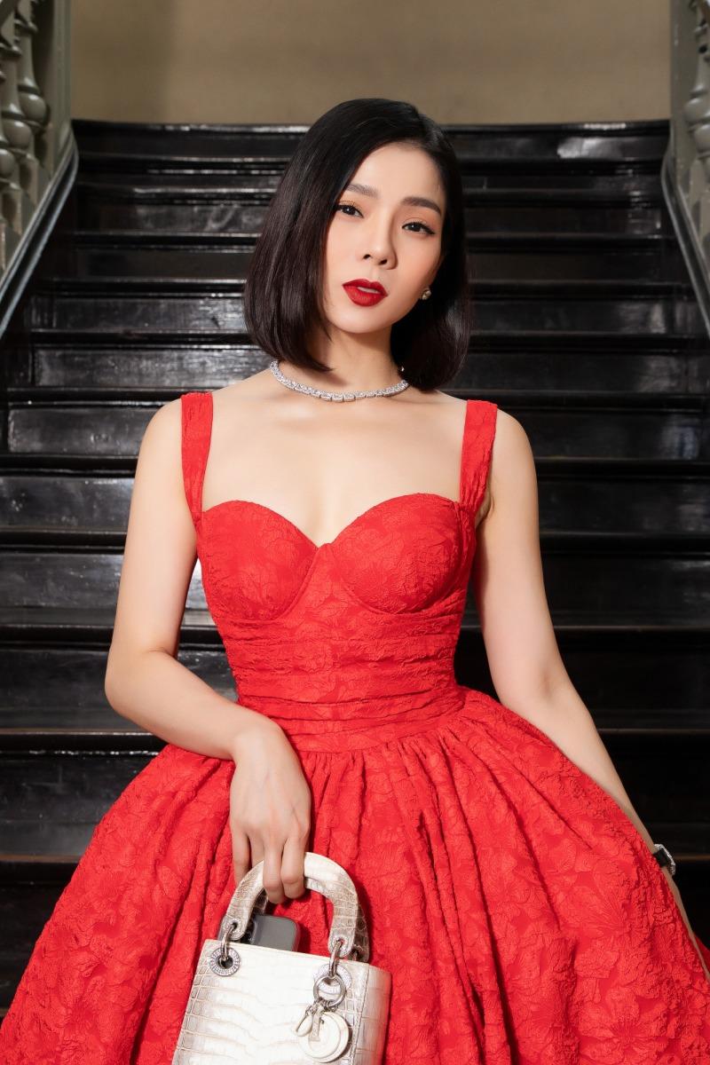 """Lệ Quyên diện đầm đỏ rực, kim cương lấp lánh trên thảm đỏ thời trang """"Hừng Đông"""" - 1"""