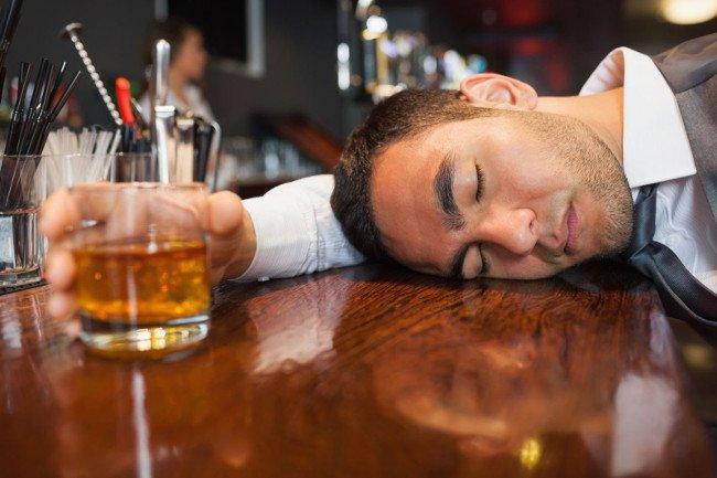 Suốt 1 tuần liền uống rượu và thường bỏ bữa, người đàn ông Hà Nội nguy kịch - 1