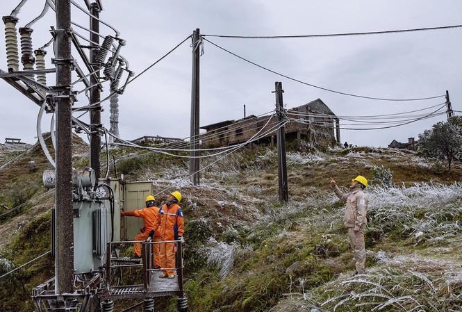 Thợ điện chống chọi băng tuyết trên Mẫu Sơn - 1