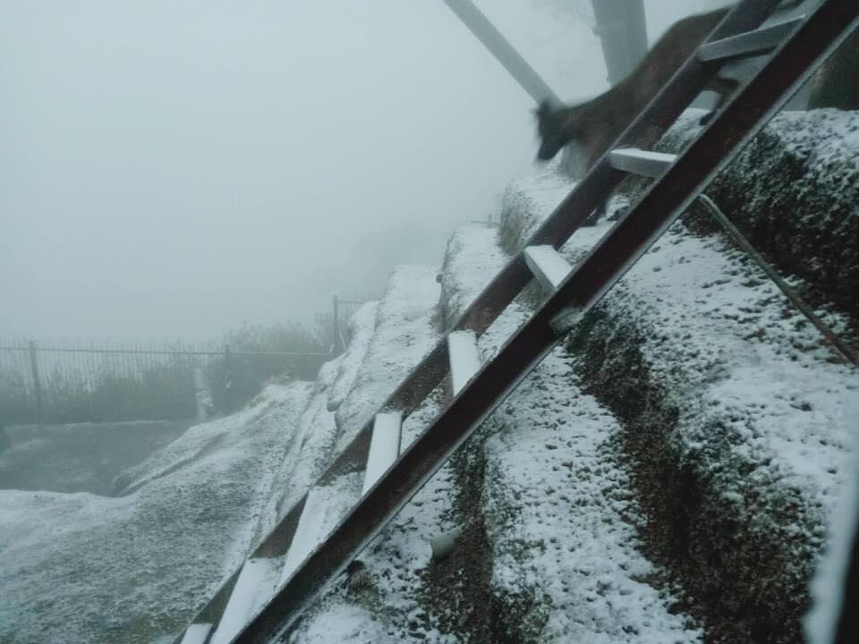 Ảnh: Tuyết rơi phủ trắng Y Tý và Sa Pa, ngỡ như lạc bước ở trời Âu - 11