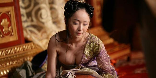 Việc phô trương vòng một trong phim cổ trang Hoa ngữ không ít lần bị khán giả lên tiếng.
