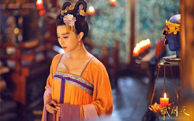 Bên cạnh đó, không ít lần mỹ nhân cổ trang Hoa ngữ gây tranh cãi vì trang phục quá hở.