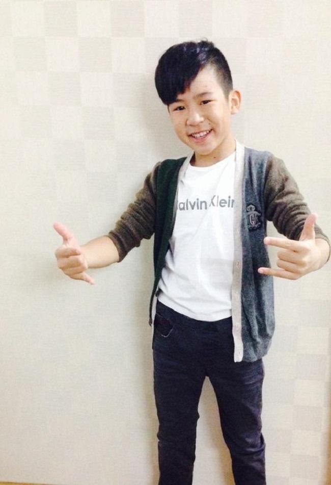 Nằm trong top 3 của Giọng hát Việt nhí 2013, Trần Ngọc Duy gây ấn tượng với phong cách ăn mặc bụi bặm nhưng giọng hát lại mượt mà giàu cảm xúc, chạm đến trái tim người nghe.