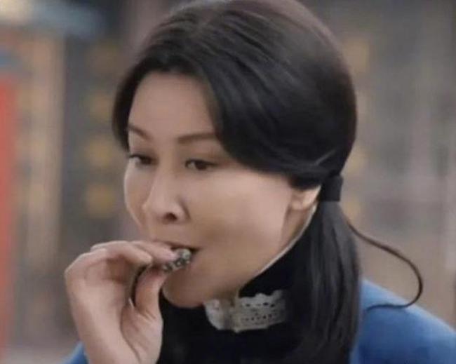 Lưu Gia Linh buộc tóc hai bên khi đóng vai Cố Mạn Lộ thời trẻ nhưng vẫn không nhận được ủng hộ từ khán giả.