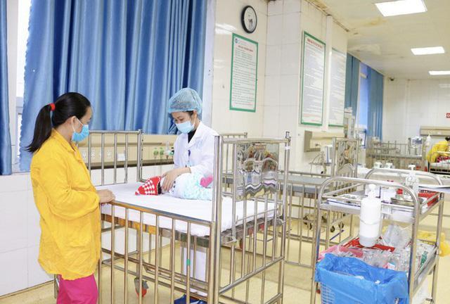 Từ vụ trẻ ngừng thở vì bố mẹ rửa mũi bằng xi lanh, bác sĩ hướng dẫn cách rửa mũi đúng - 1