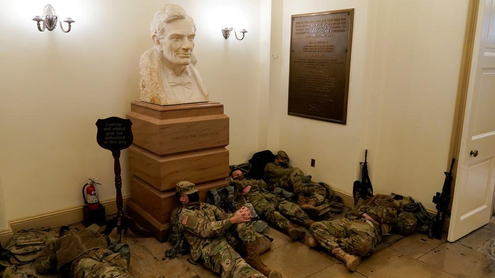Tòa nhà Quốc hội Mỹ biến thành căn cứ quân sự, binh sĩ ngủ ở mọi nơi - 1