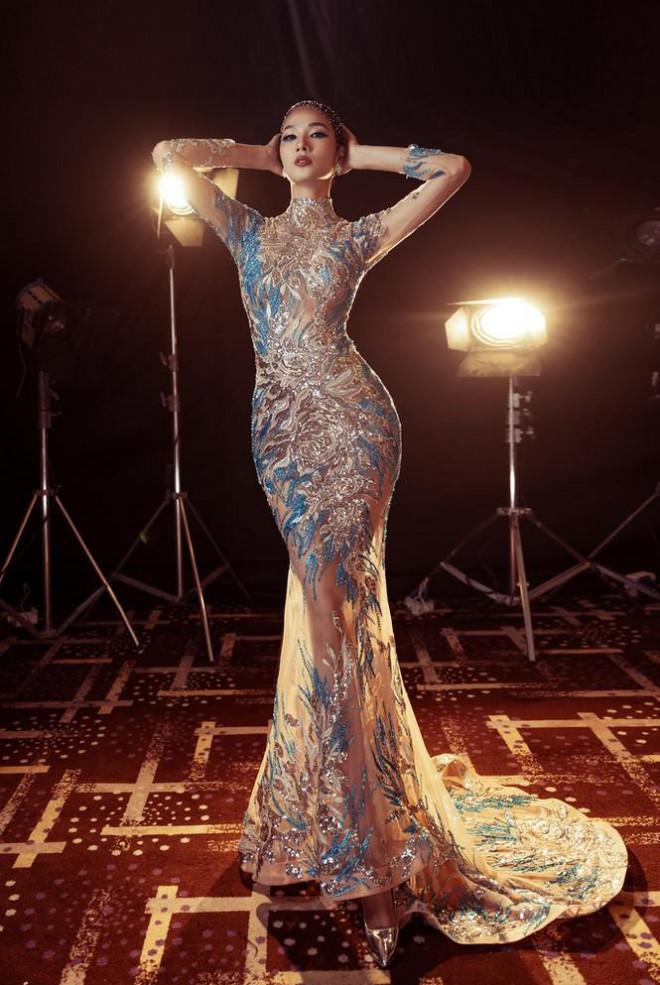 Đỗ Thị Hà nền nã với áo dài, Hoàng Thuỳ diện váy xuyên thấu hoá 'mỹ nhân ngư' - 2