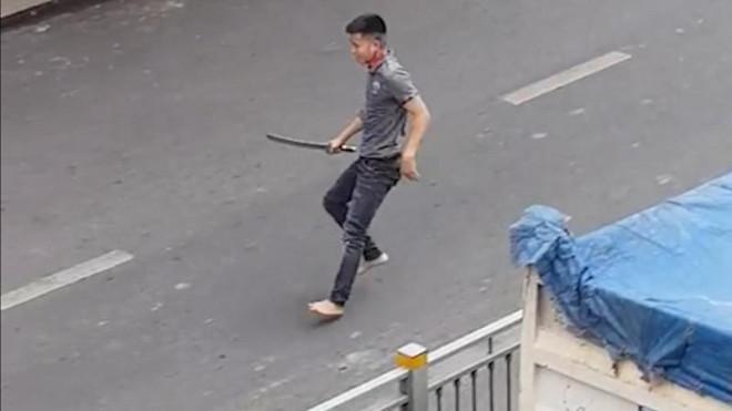 Va chạm giao thông, thanh niên cầm kiếm dài tìm đối thủ - 2