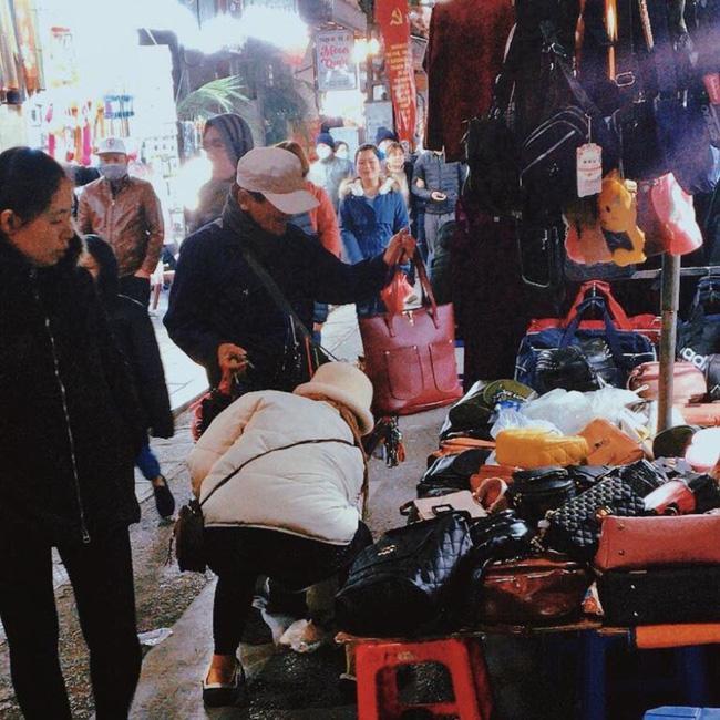 Cảm động hình ảnh người đàn ông bán hàng rong dành dụm chút tiền đi mua quà tặng vợ - 1