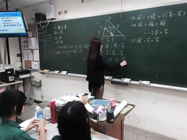 """Cô giáo xứ Đài mặc quần sooc siêu ngắn đi dạy như đi chơi khiến học sinh """"toát mồ hôi hột"""" - 1"""