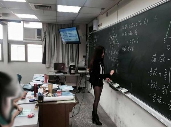 """Cô giáo xứ Đài mặc quần sooc siêu ngắn đi dạy như đi chơi khiến học sinh """"toát mồ hôi hột"""" - 2"""