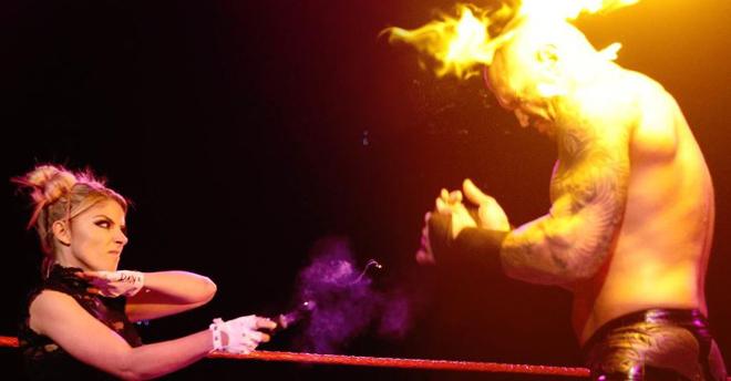 Đô vật từng châm lửa thiêu đối thủ nay bị mỹ nhân phun lửa suýt cháy mặt - 1