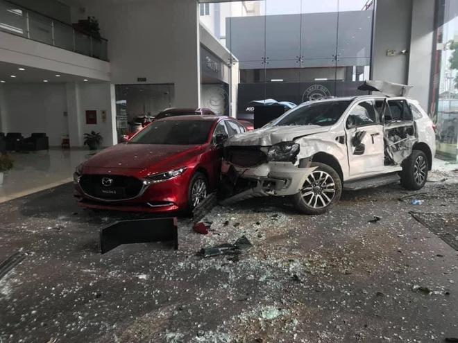 Vụ nữ tài xế lao xe vào showroom ô tô ở Phú Thọ: Vợ nạn nhân tử vong mời luật sư - 1