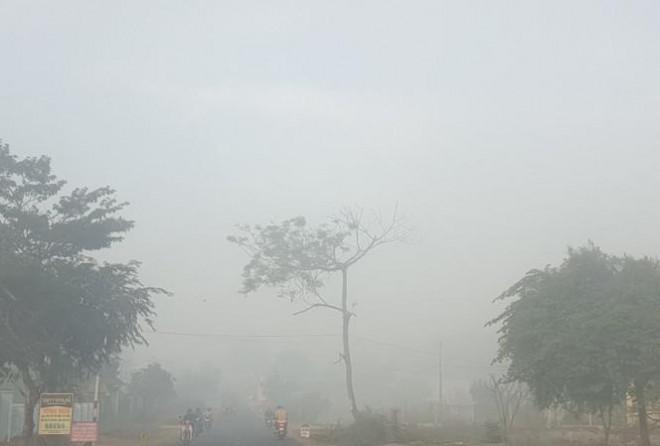 Sương mù dày đặc, người dân Đắk Lắk bật đèn 'dò dẫm' giữa ban ngày - 1