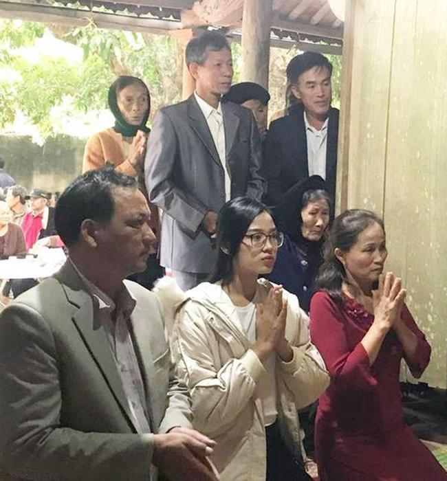 Tuy nhiên, ở bức ảnh chụp lại khi Hoa hậu 10X về thăm quê nhà, nhan sắc của Đỗ Thị Hà lại được khen ngợi.