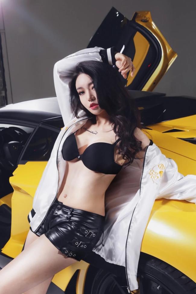 Phong cách ăn mặc và biểu cảm sexy của thần tượng sinh năm 1990 khiến nhiều người lên án, chỉ trích.