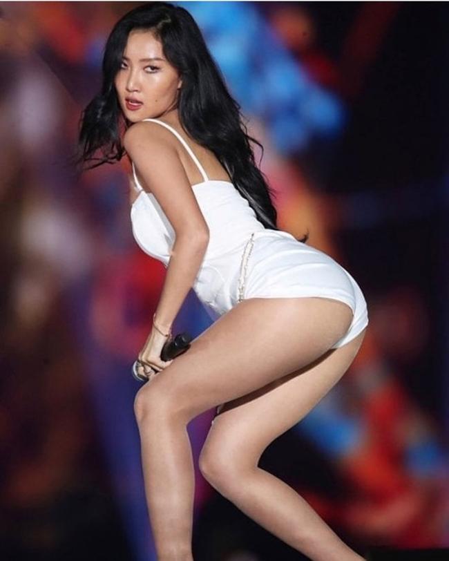 Hwasa (Mamamoo) nổi tiếng là nữ ca sĩ ít chú ý đến hình tượng trước công chúng, từ phong cách thời trang cho đến vóc dáng. Trên sân khấu, chủ nhân bản hit 'Maria' luôn có nhiều kiểu pose hình với tư thế vô cùng sexy.