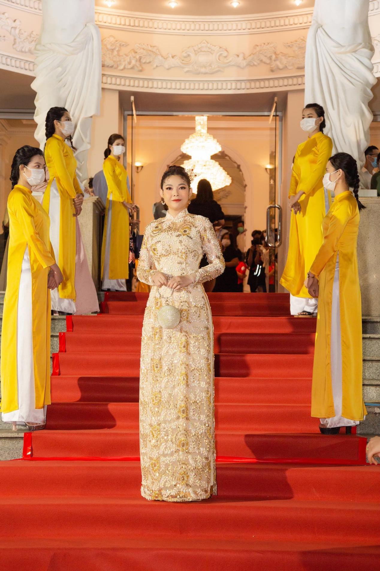 Mỹ nhân nhận 2 giải Mai Vàng, thân thiết với Hoài Linh, Mr Đàm gây chú ý trên thảm đỏ là ai? - 1