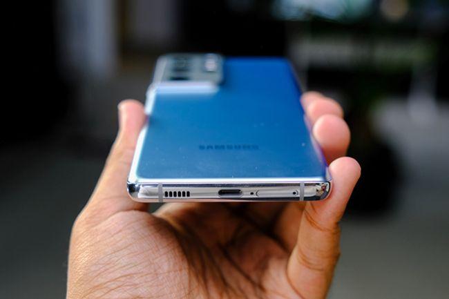 Điện thoại hỗ trợ Wi-Fi 6E, pin dung lượng 5.000 mAh có khả năng sạc nhanh có dây tối đa 25W và sạc không dây. Giống iPhone 12 Pro Max, máy không đi kèm bộ sạc sẵn trong hộp, tuy nhiên người dùng có thể sử dụng bất kỳ bộ sạc USB Power Delivery nào hiện có cũng như sạc không dây để thực hiện nạp năng lượng cho thiết bị.