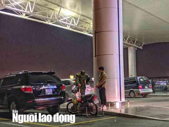 Thanh niên phi thẳng xe máy lên tầng 3 sảnh quốc tế ở sân bay Nội Bài - 1