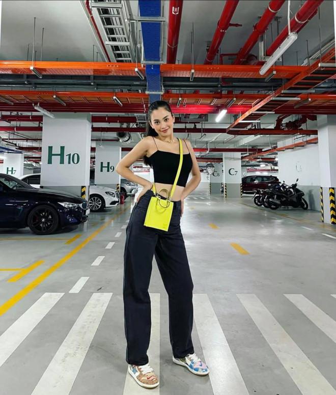 Tiểu Vy mặc giản dị mà 'chất' như fashionista, Khánh Vân khoe vòng một nóng bỏng - 1
