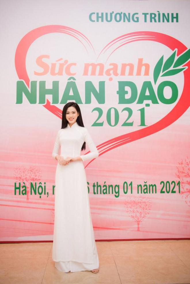 Đảm nhận cương vị mới, Đỗ Thị Hà khoe vẻ đẹp tinh khôi trong tà áo dài trắng - 2