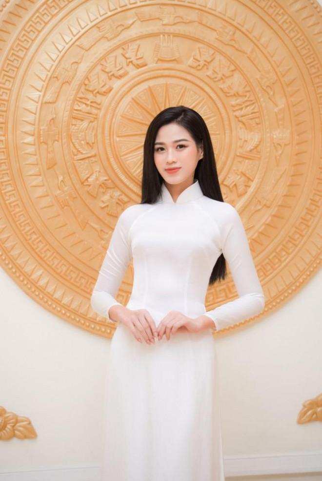 Đảm nhận cương vị mới, Đỗ Thị Hà khoe vẻ đẹp tinh khôi trong tà áo dài trắng - 4