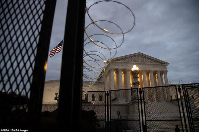 Washington trước lễ nhậm chức: Hàng rào sừng sững như pháo đài, xe Humvee lượn khắp phố - 1