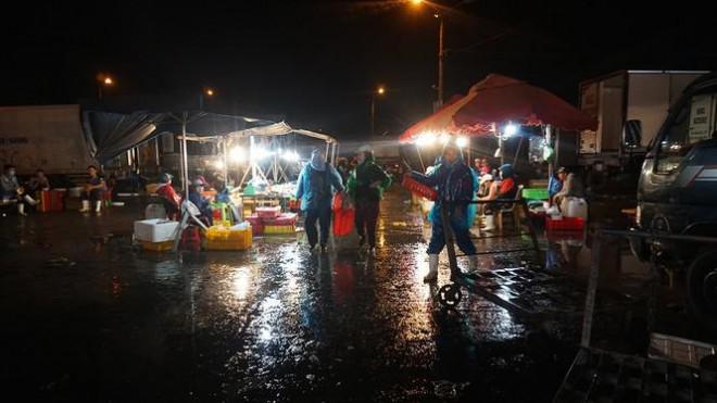 'Đội' rét mưu sinh lúc nửa đêm ở cảng cá lớn nhất miền Trung - 5