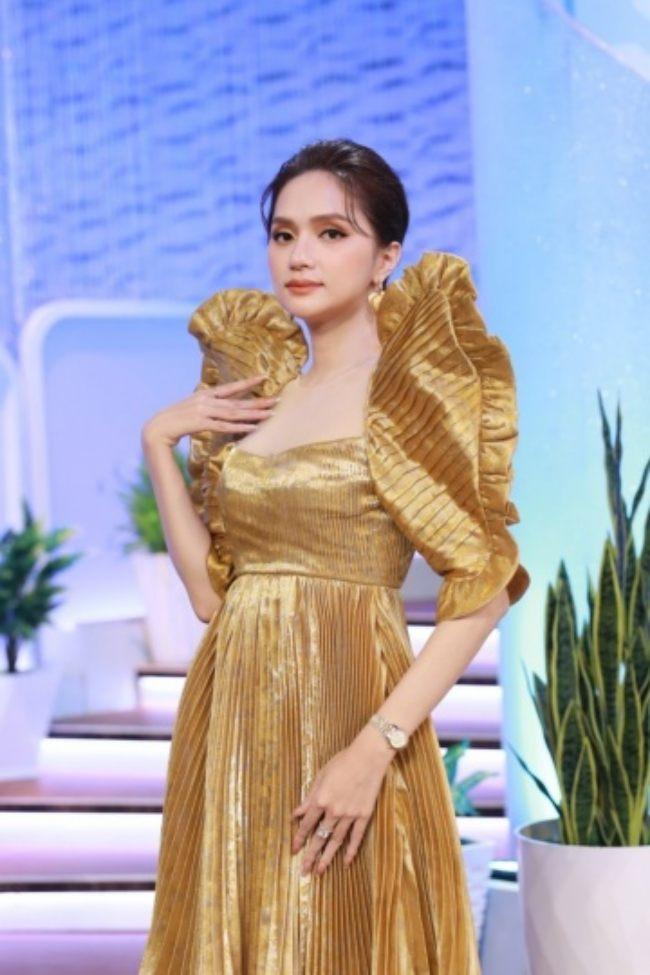 Những mẫu váy đặc biệt của cô khiến cô khác biệt so với những nghệ sĩ còn lại.