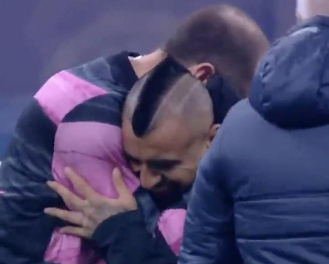 SAO Inter Milan gây phẫn nộ, vì sao hôn logo Juventus ở trận derby Italia? - 1