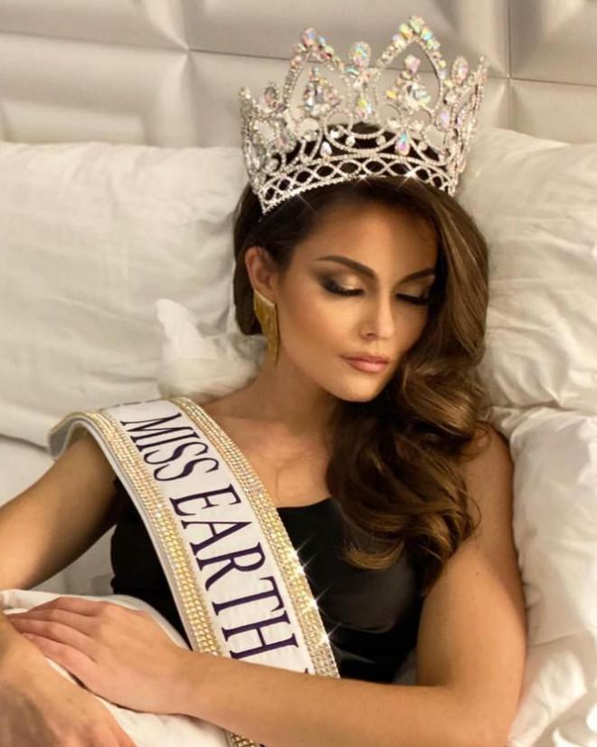 Sắc vóc cực phẩm của người mẫu 27 tuổi đăng quang Hoa hậu Trái đất Mỹ 2021 - 1