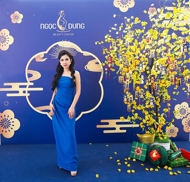 Diễn viên Việt Trinh xuất hiện đẹp tựa nữ thần tại Phan Thiết - 1