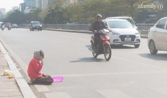 Hà Nội: Thót tim hình ảnh bé gái quỳ úp mặt giữa lòng đường bất chấp nguy hiểm - 3