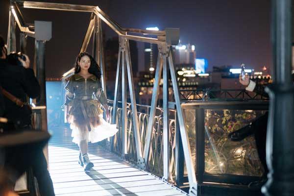 Dàn mẫu nhí tự tin catwalk trên cầu trong thời tiết lạnh 12 độ C - 6