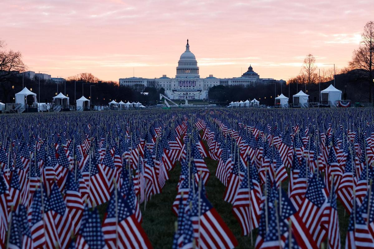 """Ảnh: Rực rỡ """"cánh đồng"""" gần 20 vạn lá cờ mừng tân Tổng thống Mỹ - 1"""