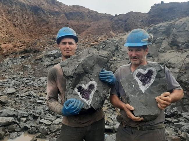Các thợ mỏ làm việc ở mỏSanta Rosa của công ty khoáng sản Uruguay Minerals, Uruguay gần biên giới với Brazil vừa phát hiện khối đá thạch anh đặc biệt, bên trong chứa hình trái tim rất kỳ lạ.