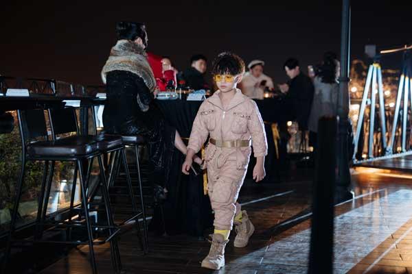 Dàn mẫu nhí tự tin catwalk trên cầu trong thời tiết lạnh 12 độ C - 8